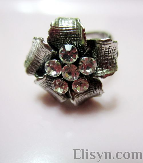 Ladies ring silver white